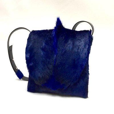 springbock-bleu-avec-bandouliere-face